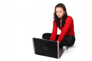 meisje zittend bij laptop